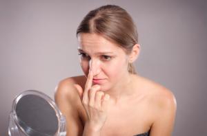 鼻の角質・角栓が詰まる原因は?