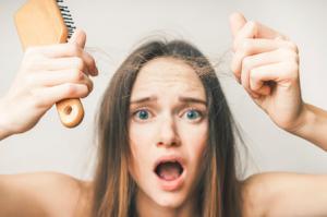 年齢、体質、生活習慣。抜け毛が増える原因とは?