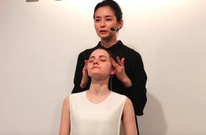 肌に「オイルインソリューション」を塗布したら、両手で顔を包み込むようにハンドプレス。