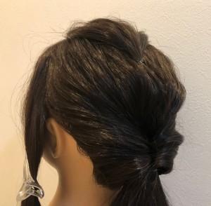 「後頭部全体の毛」「ねじれている所」「最初に束ねた毛」それぞれを引き出します。毛を引き出すときには、結び目を押さえて、ゴムの位置がずれないようにしましょう