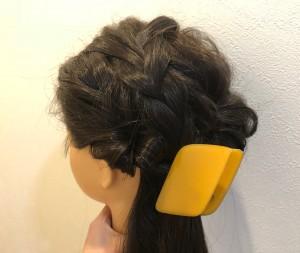 毛束を引き出すように崩します。合わせ鏡で後ろをチェックして、分け目が見えないようにしましょう。左下に毛先を寄せて、ゴムでまとめてから飾りをつけるか、クリップタイプの飾りでまとめて完成です