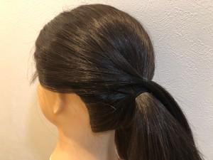 耳上の両サイドの髪を残し、ひとつ結びにします。残しておいたサイドの毛を、一つ結びをしたゴムの上辺りにくるように位置を合わせて結びます