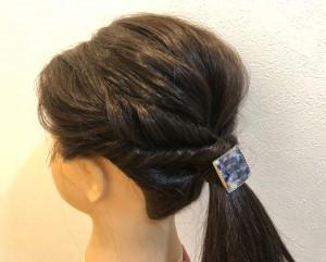 ひとつ結びの毛も引き出して立体感をつけたら、飾りゴムをつけて完成です