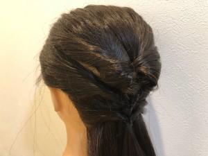 残していた顔周りとサイドの毛を1つ目のゴムの上で結び、2つ目のくるりんぱをつくります。同じ要領で、耳の後ろの毛を2つ目のゴムの上で結び、3つ目のくるりんぱをつくります
