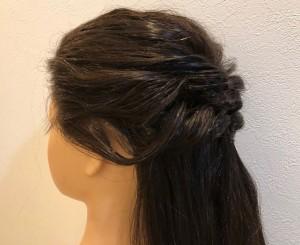 くるりんぱをつくってから、ルーズなニュアンスを出すために毛を引き出しますが、上の写真のような失敗をした経験はありませんか?