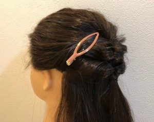 クリップタイプの飾りで引き出し過ぎてしまった毛をすくい上げて留めるだけで失敗をリカバリーできます