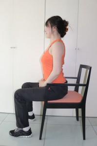 椅子に浅く腰かけます