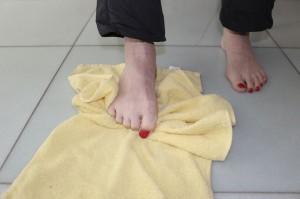 足の指で、ゆっくりとタオルを引き寄せます