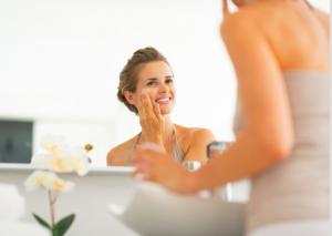 肌が乾燥しやすい方は、紫外線の影響を受けやすく、新陳代謝も悪くなりがちです。それにより、肌の老化を促進してしまい、ほうれい線が目立ちやすくなります。