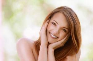 表情豊かで親しみやすい笑顔の女性
