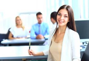 職場で愛される女性は、新人からベテランまで、幅広い年齢層から「好印象」と感じられる人でした。
