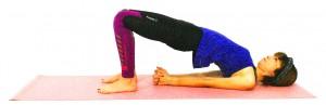 さらに骨盤を押し上げ、両肘を肩幅より狭くするように肘を引き寄せ、両手を組みます。そのまま、ゆっくりと10呼吸ほど繰り返し、元の位置に戻りましょう