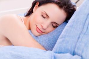 睡眠不足によって新陳代謝が遅れ、新しい皮膚細胞に生まれ変わるサイクルが乱れがちになってしまいます。