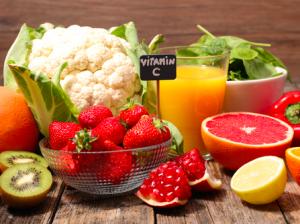 肌の乾燥は、食生活とも関係しています。栄養素が不足することで乾燥肌を引き起こしているかもしれません。