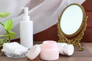 肌にしっかりと化粧水を浸透させた肌にふたをするのが、乳液の大切な役割です。