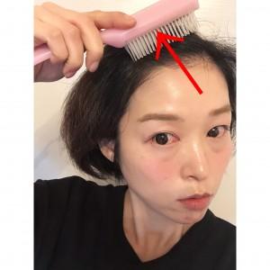 髪の毛をオールバックにするようにとかします