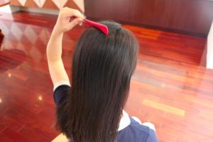 頭頂部の毛は全て後ろに流す