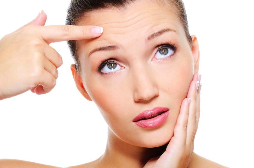 皮膚科医に聞く、老け見え「おでこのシワ」の原因と対処法