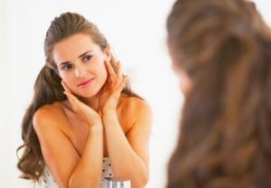 アンチエイジング化粧品によるケアを始める時期は、「30代に突入してから」もしくは、「くすみや毛穴の開き、小ジワなどの初期のエイジングサインが気になり始めてから」がおすすめです