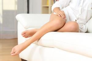ご自身のひざを、まじまじとご覧になったことはありますか? 脚の皮膚とひざ付近の皮膚の色を比べてみると、ひざがどことなく黒ずんでいる方もいらっしゃるでしょう。