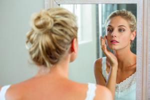 シワとは、皮膚に不規則な線状の凹凸ができることです。一般的に、シワが小さいほど「肌表面の浅い部分にあるシワ」で、大きいほど「深く広範囲にあるシワ」となります。