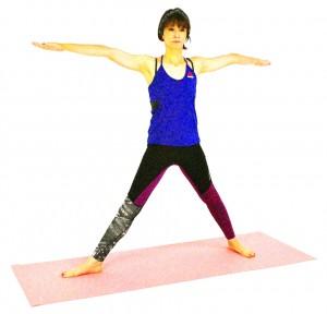 両手を肩の高さまで伸ばし、右足つま先は、90度右方向に向け、左つま先は正面に向けます。手首の真下に足首がくるように、両足を約1m〜1.2mほど大きく開きます
