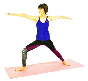 息を吐きながら右ヒザを深く曲げ、目線は右手の指先に向けます。この時、上体が前に出すぎないように、腰骨の真上から肩の位置を崩さないように注意しましょう