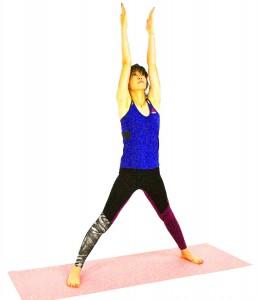 息を吸いながら右つま先を正面に向け、ヒザを伸ばし、両手を天井方向に伸ばします width=