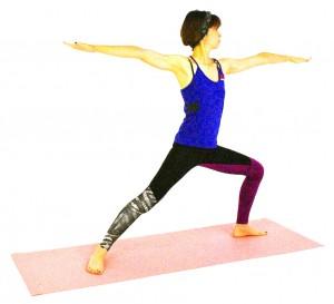 今度は左つま先を90度左方向に向けて、息を吐きながら左ヒザを曲げ、ポーズをキープしましょう。そして、息を吸いながら両手・両足を(3)のように伸ばし、(2)の動作に戻ります