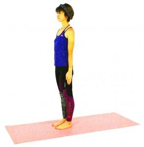 数回呼吸を繰り返し、気持ちを落ち着けます。足の裏の土踏まずから大地の力を引き上げるイメージで、背筋を伸ばし、姿勢を整えます