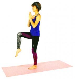 両手を胸の前で合わせ、右足を床から離します。吐く息とともに、ドローイング(お腹を腰に引き寄せる)状態をキープしながら、バランスを取ります