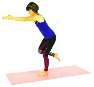 そのままゆっくりと上体を前に傾けながら、右ヒザを腰の高さに引き上げ、おへそを床と平行にします