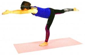 バランスがとれたら、右足のかかとを後ろに押し出し、足全体をしっかり伸ばします。この時、腰が反らないように、注意しましょう。両手も前にしっかりと伸ばし、指先からかかとまで長く身体を伸ばしましょう。そして、一点を見つめて集中します。