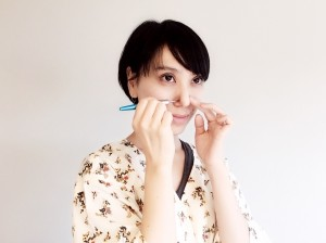 小鼻も指の先端で押してほぐしておきます。小鼻のハリがとれると、鼻の穴の形が美しくなります