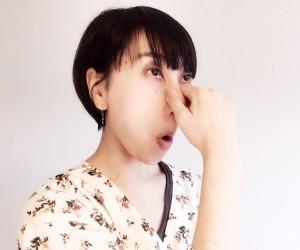 鼻を指でつまんで引っ張り口を「おー」と言うような形にして、鼻筋の筋肉を寄せるように動かします