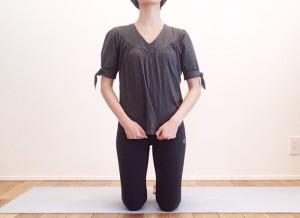 拳の位置を下に移動させ、鼠蹊部(ビキニライン)に当てます。