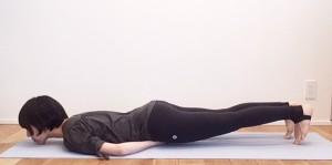 (1)の位置に拳をつけたまま、うつ伏せになります。足のつま先を立て、足指で床を押しながらユサユサと前後に揺れます