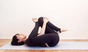 右足の外くるぶしを左のひざ上に置き、両手は左すねをつかみます