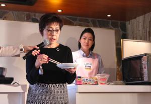 サバの味噌煮を食べ比べた小田先生