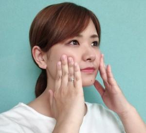 指の腹で頬をプッシュします。指に力が加わりすぎないよう注意し、頬→鼻筋→眉間に向かって移動させます