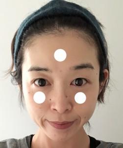 顔の3点(写真の白い丸)にファンデーションをつける