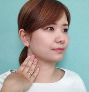 耳の下から首筋に沿って、押さえるポイントを移動させます