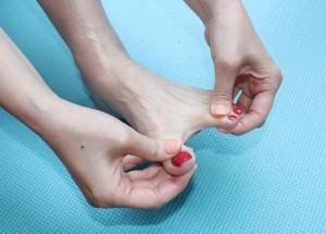 足指を揺らし、足指を広げます