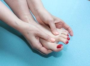 足指の水かきをもみほぐします