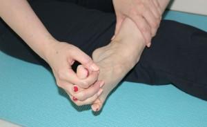 足指と手指を組んで、足首を回します。外回し、内回しをそれぞれ10回行いましょう