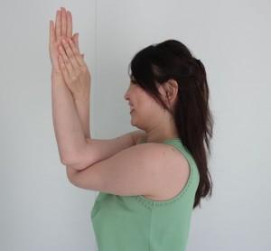 片手を90度にし、もう一方の手を絡めます