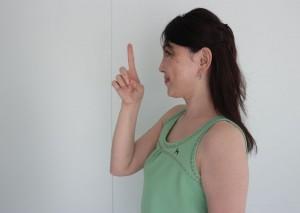 目の前に立てた指を近づけます。(より目になるくらいまで近づけましょう。)視界から見えにくくなったら元に戻します