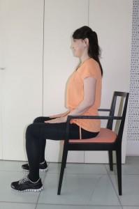 足を腰幅に開き、椅子に浅く腰かけます