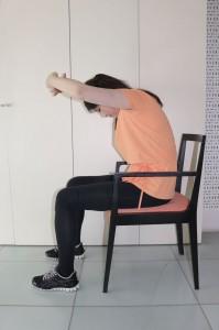 胸の前で手を組み、おへそを覗き込むように身体を丸め10秒キープします。次に、後ろで手を組み、肩甲骨を寄せるように腕を上げ10秒キープします