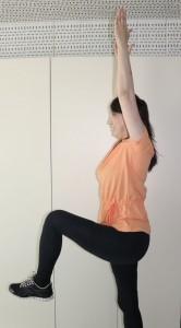 息を吸って吐きながらももを上げます。この時、前かがみにならないように、両手と姿勢は(1)の状態をキープしましょう。ももは股関節よりも上げるポジションにします。